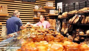 Un SDF lui sauve la vie, il lui fait don de sa boulangerie